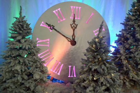 Новогодняя фотозона Часы с ёлочками