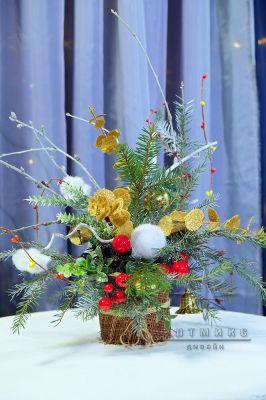 Новогодняя композиция с золотистыми веточками