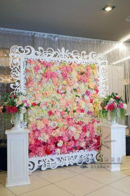 Стена из цветов к празднику 8 Марта