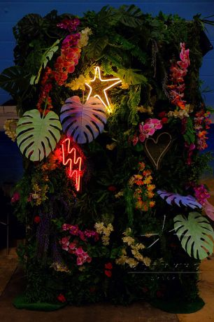 Малая фотозона Гавайи с неоновыми надписями_1