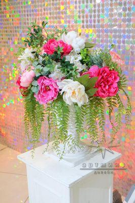 Декоративные колоны и яркие цветочные композиции