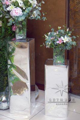 Колонны из зеркал для цветочной композиции