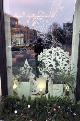 Новогоднее оформление витрины в Московском ресторане