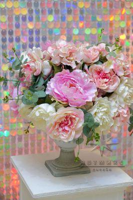 Вазы с цветочными композициями в розовом цвете
