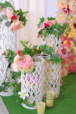 Высокие корзинки с цветами в оформлении фотозоны