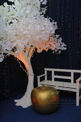 Объёмное дерево с веточками Гинкго и яблоком
