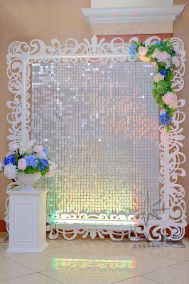 Белые пайетки в ажурной раме с цветами