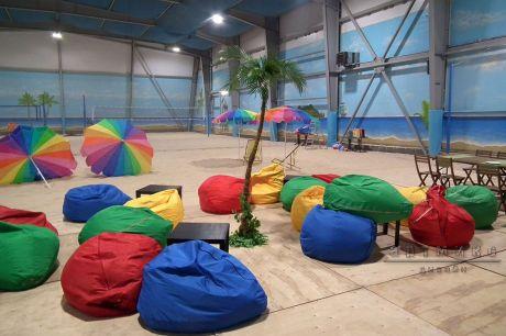 Оформление Пляжной вечеринки с пальмами, зонтами и песком