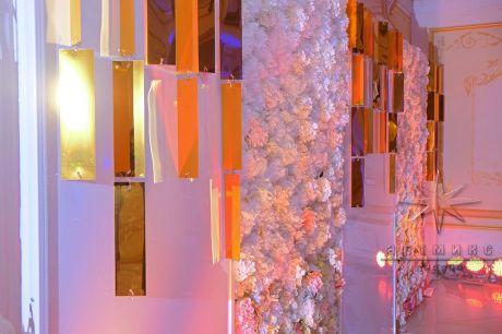 Фото зона из глянцевого пластика и цветочного панно