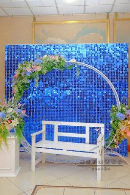 Фотозона Мерцающие пайетки и круглая арка с цветами