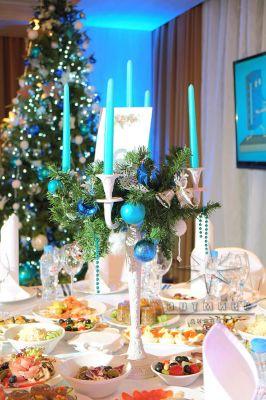 Белые канделябры с сиянием голубых шаров, серебристым глянцевым декором
