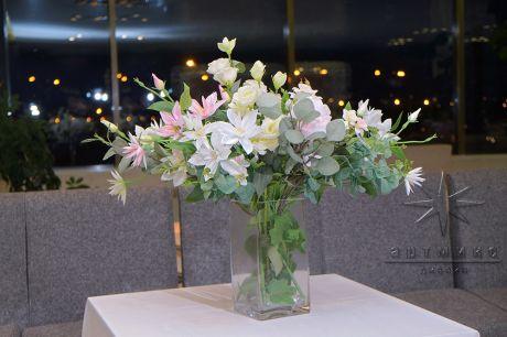 Пышная композиция в вазе как декор к фото зоне