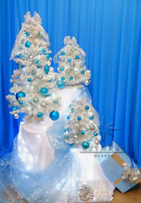Белые елочки с голубым декорм