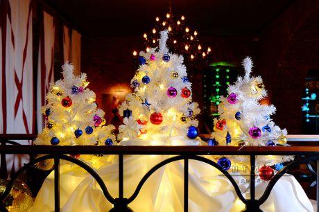Белоснежная новогодняя ёлка с разноцветными украшениями