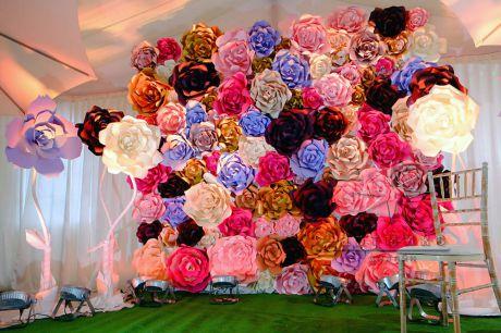 Яркая стена из больших цветов на корпоратив