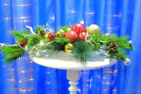 Новогодняя настольная композиция из еловых веток и новогодних шаров в аренду