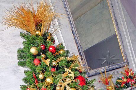 Декоративная ель с золотым и красным декором