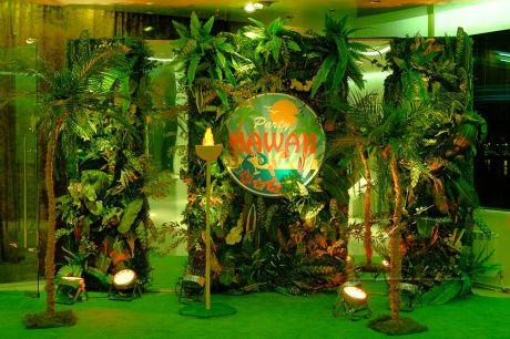 Зеркальная фотозона с большими зелеными листьями, папоротника и самшита