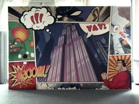 Баннер, печать которого напоминает, страница из комикса на деревянном каркасе
