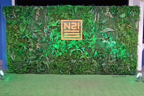 Вертикальное озеленение с логотипом компании (гравировка на зеркальном пластике)