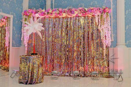 Фотозона для фотоссесии в стиле Гэтсби со страусиными перьями в вазе