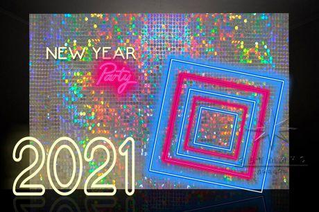 Фотозона из пайеток с неоновыми надписями и объектами к Новому году