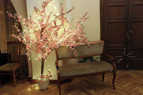 Розовое дерево с подсветкой