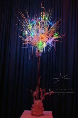 Светодиодные огни в вазе с новогодним декором