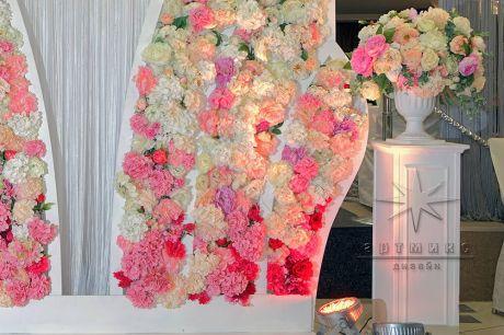 Декорация у фотозоны - тумба с цветами