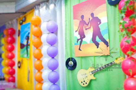 Оформление зала яркими тканями, воздушными шарами, баннерами, виниловыми пластинками, фигурами из картона