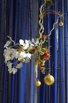 Ваза из прозрачного стекла с золотым декором и декоративными веточками Гинкго