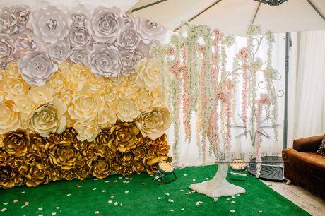 Дерево пожеланий украшено цветами Вистерия