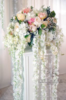 Цветочная композиция с Глициния (Вистерия / Wisteria) в вазе и на белоснежной тумбе