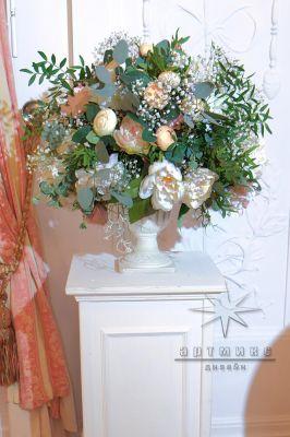 Цветы в вазе на белых колоннах