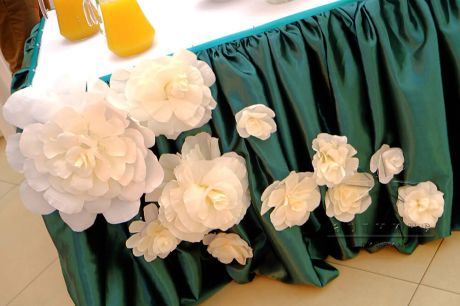 Декорирование юбки стола цветами