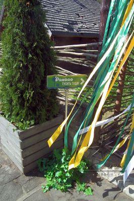 Столбики из хромированных трубок, задекорированных зеленью с названиями станций
