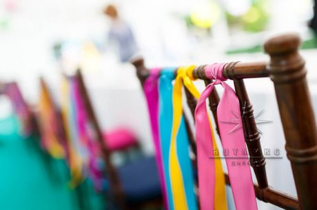Оформление стульев разноцветными лентами