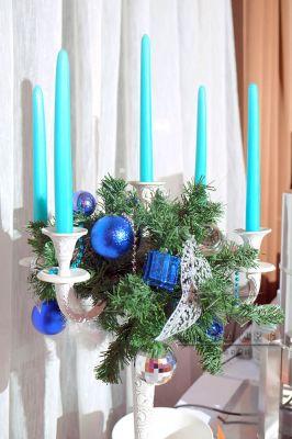 Белые канделябры с сиянием голубых шаров