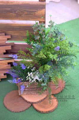 Деревянный ящик и спилы из дерева (круглые) с цветочной композицией
