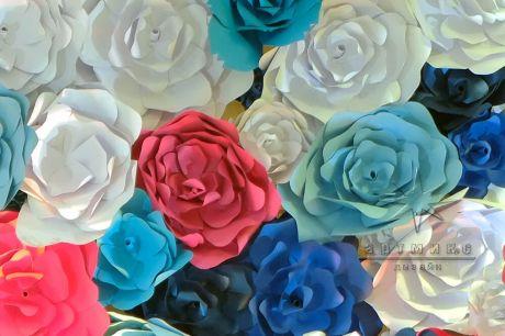 Фотозона с яркими и разноцветными цветами
