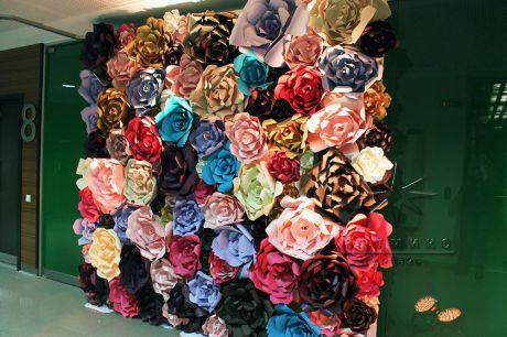 Стенд из ярких объемных цветов для фото сессии