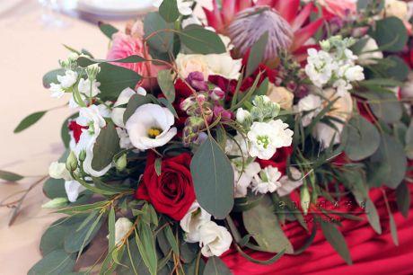 Экзотический цветок в яркой цветочной композиции
