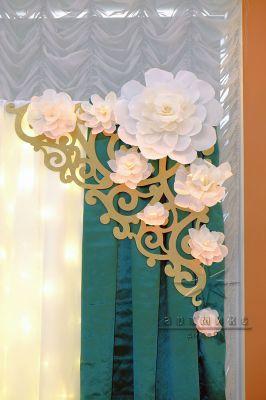 Оформление задника стола цветами и ажурным обрамлением