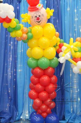 Яркий и добрый клоун из воздушных шаров