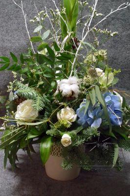 Строгие композиции из цветов и зелени