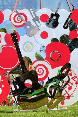 Декорации у фотозоны гитара, саксофон, скрипичный ключ, ноты