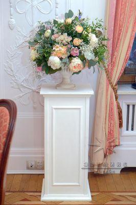Белые колонны и вазы в аренду