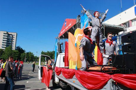 Праздничное шествие с разноцветными флагами