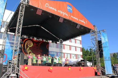 Сцена оформлена в стиле СССР