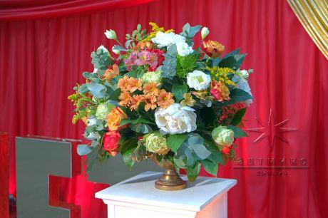 Колонна с вазой и цветочной композицией
